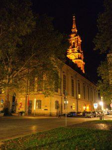oświetlony kościół w mieście