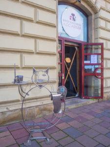 wejście do kociej kawiarni w krakowie